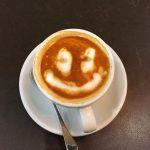 Kahvikuppi, jossa hymynaama