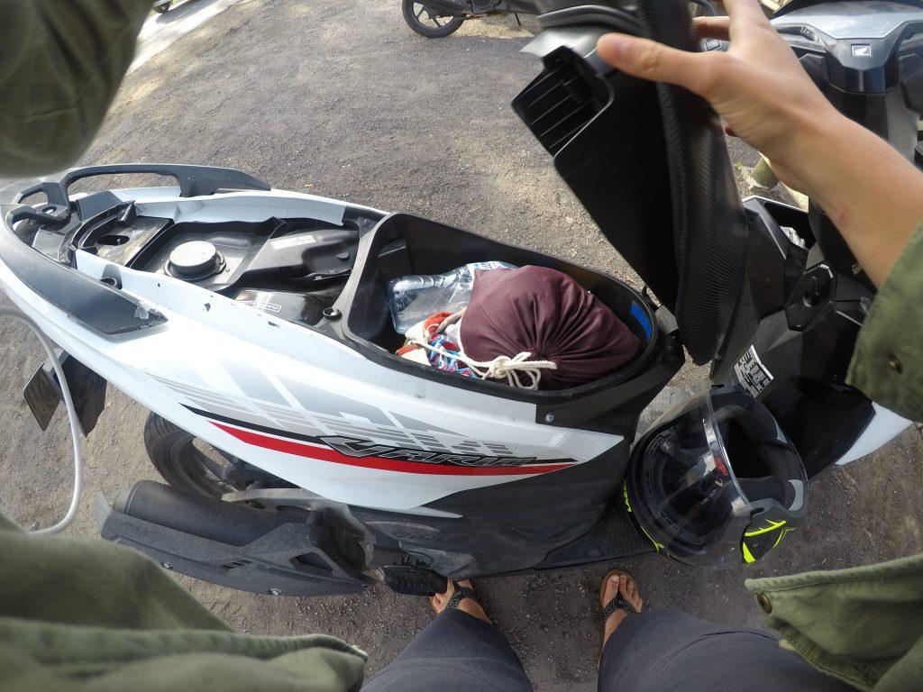 Matkatavarat skootterin istuimen alla